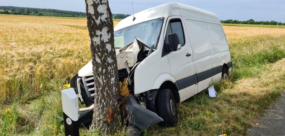In Lehre im Kreis Helmstedt ist ein Paket-Transporter mit voller Wucht gegen einen Baum gekracht. Es gibt zwei Verletzte.