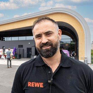 Im neuen Rewe in Salzgitter kannst du neuerdings frisches Sushi kaufen. Das Angebot ist vielfältig. Marktleiter mehmet Kaysal freut sich.