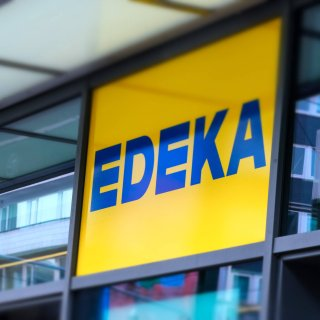 Edeka Nord geht einen ungewöhnlichen Weg. Die Mitarbeiter in Niedersachsen, Hamburg & Co. dürfte das aber freuen... (Symbolbild)