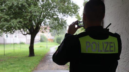 Ein Polizist dokumentiert die Schmierereien in Salzgitter.