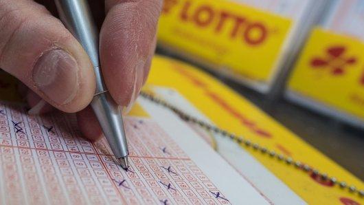 Ein Lotto-Spieler aus Niedersachsen darf sich freuen, denn er hat Sieben auf einen Streich! (Symbolbild)