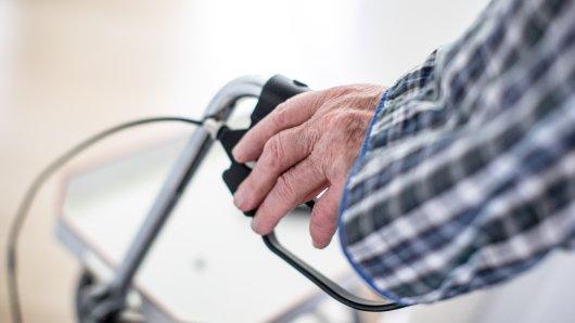Ein 93 Jahre alter Mann aus dem Kreis Gifhorn kann sich bei seiner Bankmitarbeiterin bedanken. (Symbolbild)