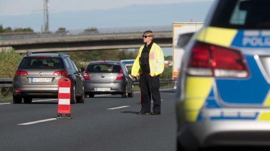 Die Polizei hat nach einem Unfall auf der A2 bei Hannover mit drei Verletzten eine Spur gesperrt. Was einige Autofahrer dann machten, hat jetzt Konsequenzen. (Archivbild)