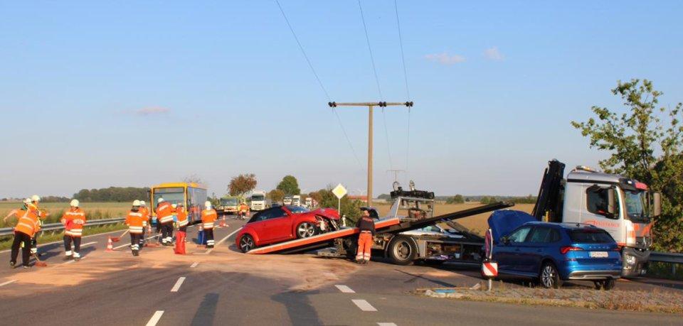 Bei dem Unfall im Kreis Gifhorn sind sechs Menschen verletzt worden.