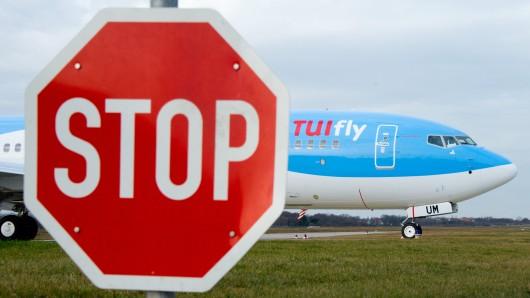 Eine Boeing der Fluggesellschaft TuiFly rollt über das Gelände vom Flughafen in Hannover (Archivbild).
