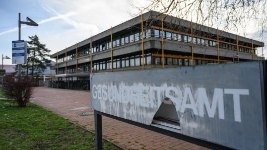 Die Mitarbeiter im Gesundheitsamt in Hildesheim haben derzeit viel zu tun.