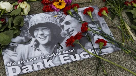 Blumen, persönliche Botschaften und Grußkarten liegen am Tag der Befreiung am Sowjet-Ehrenmal in Berlin. (Symbolbild)