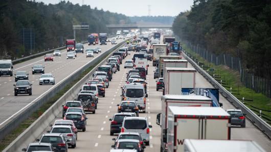 Acht Bundesländer sind in die Osterferien gestartet. Das kann man gut auf den Autobahnen sehen... (Archivbild)