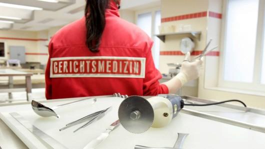 Eine Mitarbeiterin der Gerichtsmedizin nimmt eine Obduktion vor (Symbolbild).