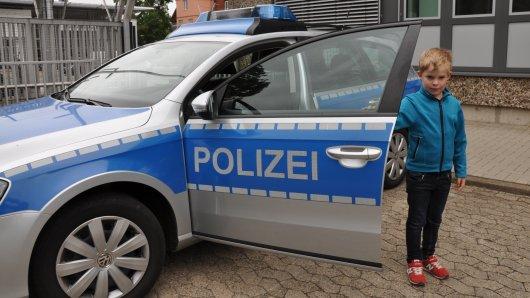 Die diensthabenden Polizisten in Celle staunten nicht schlecht, als der fünf Jahre alte Paul aus Eicklingen plötzlich mitten in der Celler Polizeiwache stand und nachdrücklich verkündete, er wolle später Polizist werden und sich hier und heute schon mal bewerben.