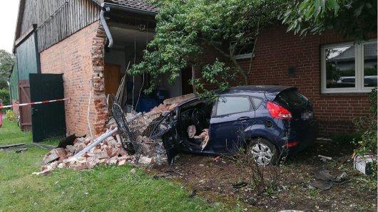 Mit voller Wucht prallte das Auto in Celle gegen das Wohnhaus.