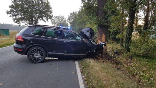 Der Fahrer des VW Touareg wurde nach dem Unfall bei Celle in seinem demolierten Fahrzeug eingeklemmt.