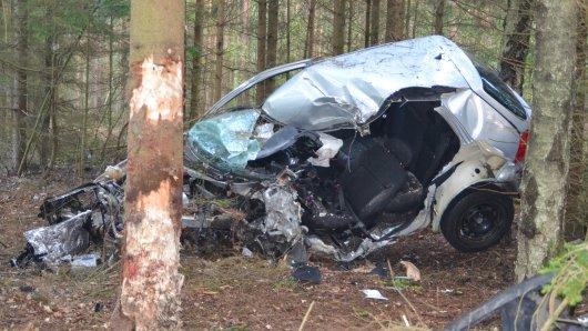 Schwerer Unfall im Landkreis Celle: In diesem Wrack kam ein 21 Jahre alter Mann ums Leben.