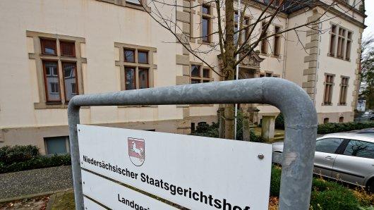Der 28-Jährige muss sich wegen der Tötung seiner Ehefrau vor dem Landgericht Bückeburg verantworten.