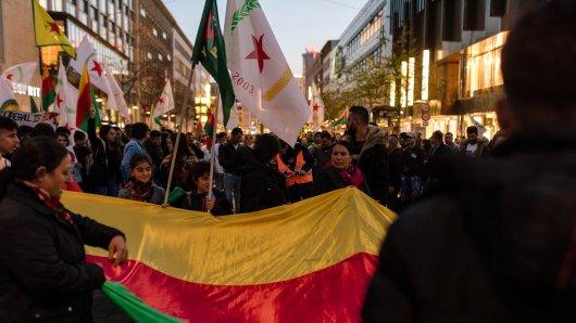 Auch am Tag danach wurde demonstriert gegen die Militäroffensive der Türkei. Mehrere hundert Menschen beteiligten sich am Montagabend an einer Demonstration der kurdischen Gemeinde. (Symbolbild)