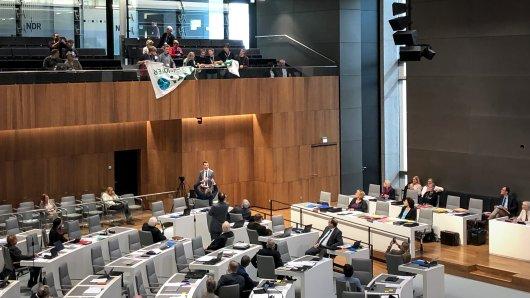 Ein paar junge Aktivisten von Fridays for Future scheiterten im Landtag in Hannover daran, ein Plakat auszurollen.