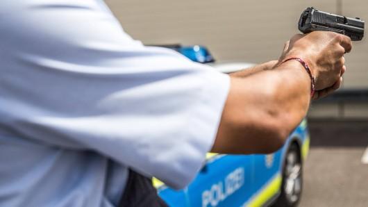 Mit einem klugen Manöver überraschte die Polizei einen bedrohlichen Mann mit Motorsäge in Celle. (Symbolbild)