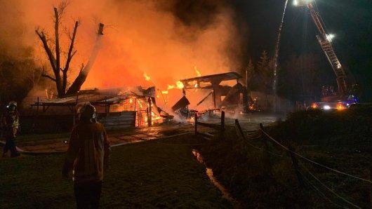 In Niedersachsen ist ein Pflegeheim abgebrannt. Dabei ist mindestens ein Mensch ums Leben gekommen.