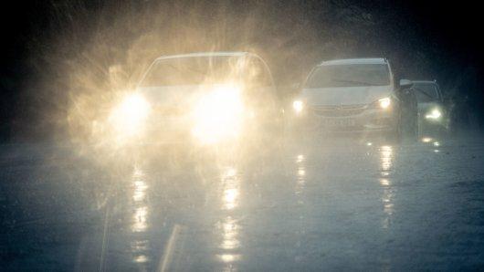 Plötzlicher Starkregen überrascht Autofahrer auf den Straßen in Hannover in Niedersachsen. (Archivbild)