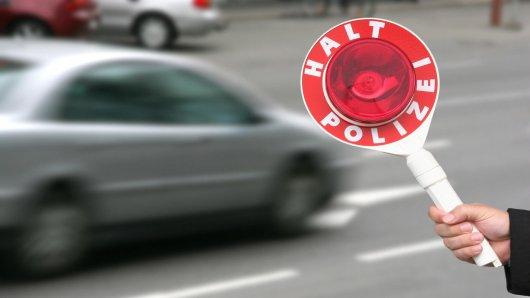 Ein Polizist wollte eine Fahrerin kontrollieren. Doch die trat aufs Gas. (Symbolbild)