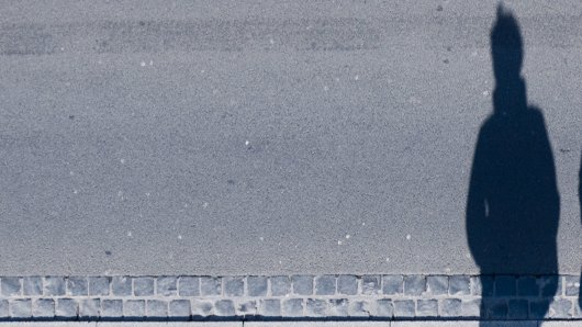 Ein Betrunker ist mitten auf der Straße stehen geblieben. Dann hat er DAS gemacht. (Symbolbild)
