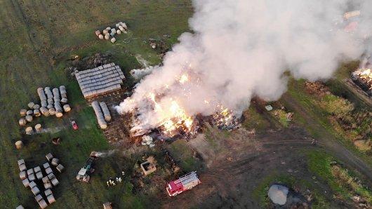 In Wegenstedt in Sachse-Anhalt unweit der Grenze zu Niedersachsen gab es seit gestern mehrere Strohdiemen. Kilometerweit war die Rauchwolke zu sehen. Insgesamt waren über 1200 Strohballen in Brand geraten.