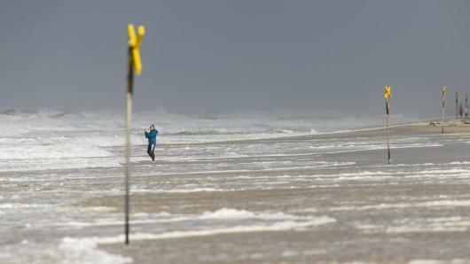 Nicht nur an der Nordküste feht am Sonntag eine steife Brise - in ganz Niedersachsen wird's ungemütlich.