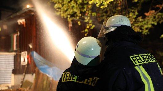 Die Feuerwehr konnte nicht verhindern, dass das Holzhaus im Kreis Gifhorn komplett niederbrannte. (Symbolbild)