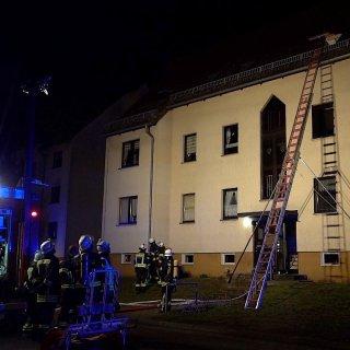 Niedersachsen: In einem Mehrfamilienhaus in Mieste kam es am Mittwochmorgen zu einem Brand. Vier Kinder wurden in einer Dachwohnung eingeschlossen.