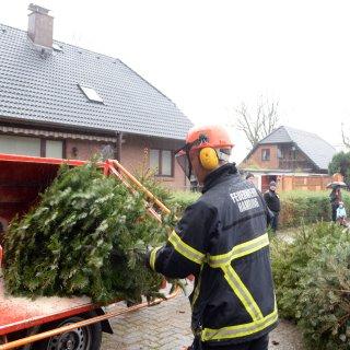 Ehrenamtliche Helfer haben in Niedersachsen Weihnachtsbäume gegen eine kleine Spende eingesammelt. Doch dann haben sie einen grausamen Fund gemacht. (Symbolbild)