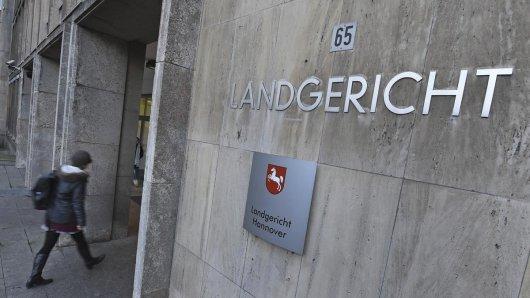 Am Landgericht Hannover wird seit Montag ein Mann beschuldigt, Frauen in 15 Fällen zur Prostitution gezwungen zu haben.