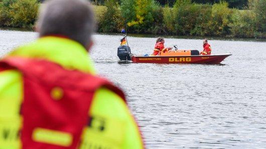 Rettungskräfte der DLRG haben die Leiche der jungen Frau geborgen. (Symbolbild)