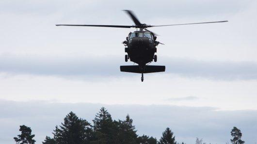 Ein Bundeswehr-Hubschrauber war am Donnerstagabend über Niedersachsen unterwegs. Nur knapp ist die Besatzung einer Katastrophe entkommen. (Archivbild)
