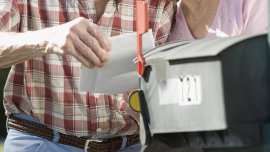 Das Paar aus Niedersachsen entdeckte die Umschläge im Briefkasten. (Symbolbild)