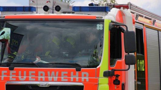 Von wegen Routine-Einsatz! Die Feuerwehr hatte bei einem Lagerhallen-Brand einiges zu tun. (Symbolfoto)