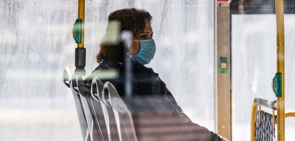 Eine Frau aus dem Landkreis Gifhorn wettert gegen die Maskenpflicht in den öffentlichen Verkehrsmitteln. Dafür bekommt sie ordentlich Gegenwind. (Symbolbild)