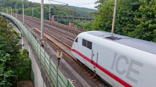 Die Deutsche Bahn wirbt mit einem ungewöhnlichen Bild für Zugreisen in Niedersachsen.