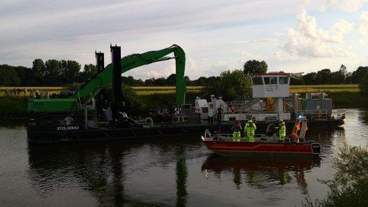 In Niedersachsen ist am Sonntag ein Auto in die Weser gerollt. Einsatzkräfte der Polizei haben versucht es zu bergen.