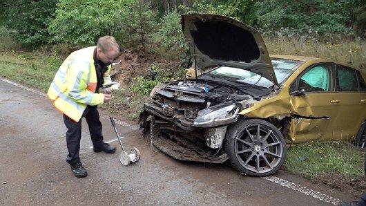 Bei einem Unfall in Haldensleben (Sachsen-Anhalt) ist ein VW Golf-Fahrer schwer verletzt worden.