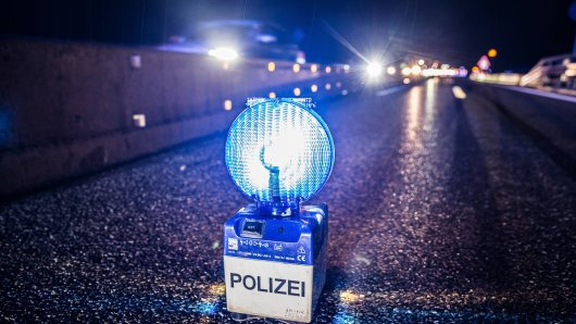 Auf der A7 bei Hannover hatte es am Donnerstag einen schweren Unfall gegeben, bei dem ein 25-Jähriger lebensgefährlich verletzt wurde. Er starb am Sonntag im Krankenhaus. (Symbolbild)