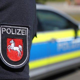 In Niedersachsen ist es zu einem dramatischen Verkehrsunfall gekommen. Zwei junge Männer kamen dabei ums Leben. (Symbol bild)