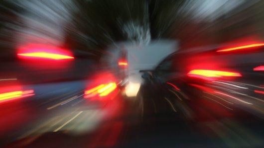 Zwei Männer haben sich ein illegales Autorennen in Hannover geliefert. Als die Polizei die Verfolgung aufnimmt, kommt es zum Crash! (Symbolbild)