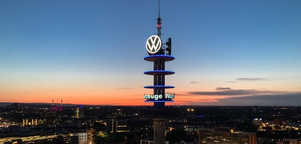 Aus beinahe 80 Metern Höhe löste sich Gestein am VW-Turm, auch Telemoritz genannt, in Hannover.