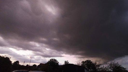 Dunkle Wolken am Wochenende! Der Deutsche Wetterdienst warnt vor Unwetter in Niedersachsen.
