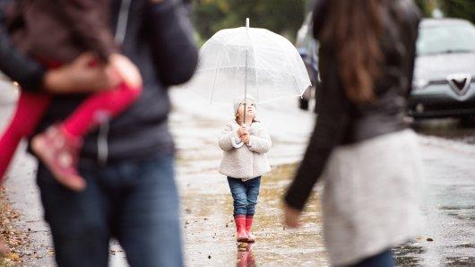 Wetter in Niedersachsen: Ein Regenschirm und Gummistiefel sind nicht die schlechtesten Ideen derzeit.