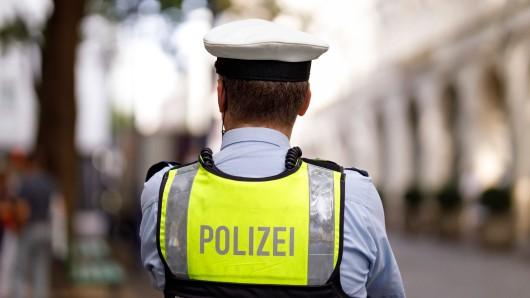 Ein Polizist hat an einem Imbiss fünf Männer entdeckt. Ihre Geschichte ist tragisch. (Symbolbild)