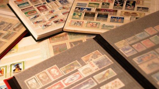 Ein Mann hat ein Teil der Briefmarkensammlung seines Vaters verkauft. Das sollte er wenig später bitter bereuen. (Symbolbild)