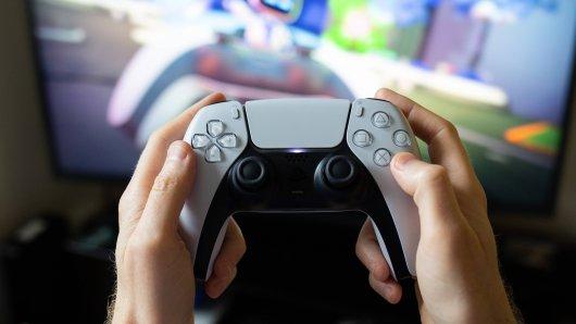 Der Rund auf die PS5 ist groß. Doch die Verbraucherzentrale Niedersachsen warnt jetzt vor Betrugsmaschen. Wo du vorsichtig sein sollst, verraten wir dir hier.