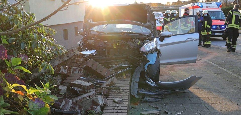 Der Autofahrer hat die Kontrolle über seinen Wagen verloren. Dabei wurde ein Radfahrer getötet.