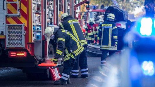 Eine 49 Jahre alte Frau hat am Freitagmorgen ihr Leben verloren. Sie war in Springe in der Region Hannover mit ihrem Auto gegen einen Baum geprallt. Die Retter konnten ihr nicht mehr helfen. (Symbolbild)